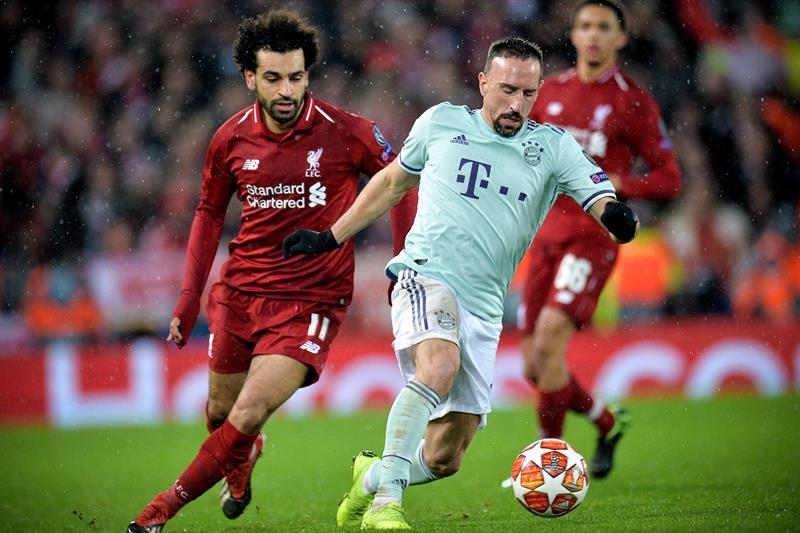 Franck Ribery (d) del Bayern en acción ante Mohamed Salah (i) de Liverpool, este martes durante un partido de ida de la ronda 16 de la Liga de Campeones de la UEFA entre el Liverpool FC y el FC Bayern de Múnich, en el Anfield de Liverpool (Reino Unido). EFE/ Peter Powell