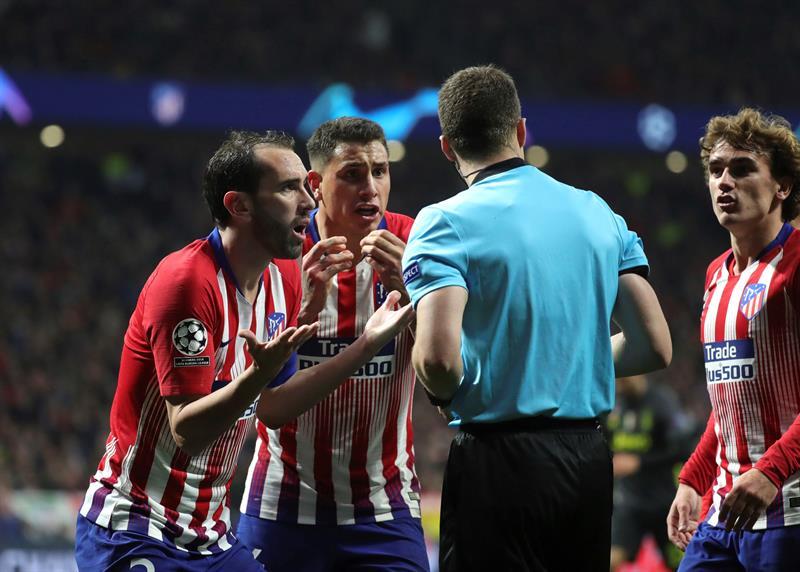 El Atlético protestó por un penal sobre Diego Costa, que finalmente el VAR determinó era una falta fuera del área; y también reclamaron un gol anulado a Álvaro Morata. Foto: EFE