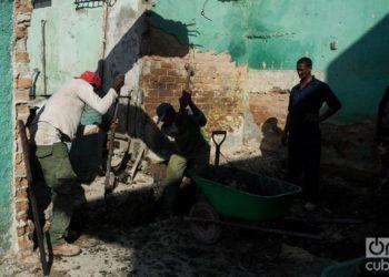 Contructores trabajan en la reparación de una vivienda dañada tras el tornado sufrido por La Habana el 27 de enero de 2019. Foto: Otmaro Rodríguez.