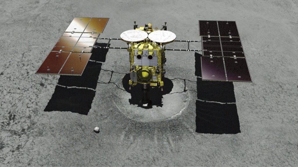 En esta imagen de archivo, creada con computadora y distribuida por la Agencia Japonesa de Exploración Aeroespacial (JAXA), se muestra la sonda espacial no tripulada Hayabusa2 acercándose al asteroide Ryugu. Foto: JAXA vía AP.