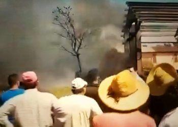Fotograma de video doméstico en el momento en que arden los restos del avión en tierra.