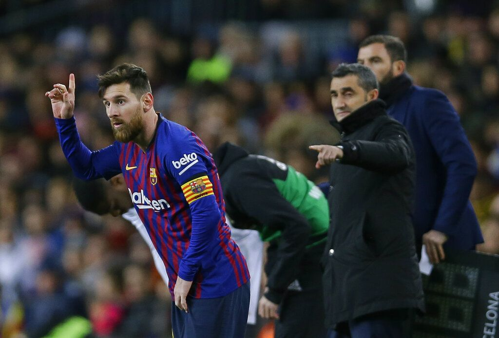 El delantero argentino Lionel Messi (izquierda) junto a su entrenador Ernesto Valverde durante el partido ante el Valencia en la Liga española, el sábado 2 de febrero de 2019. Foto: Manu Fernández / AP.