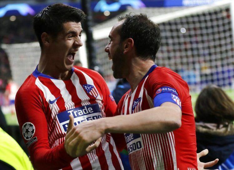 El zaguero uruguayo Diego Godín (derecha) del Atlético de madrid festeja con Alvaro Morata tras marcar el segundo gol en la victoria 2-0 ante Juventus en los octavos de final de la Liga de Campeones, el miércoles 20 de febrero de 2019. (AP Foto/Manu Fernández)