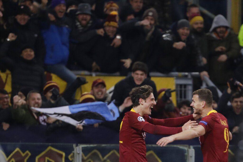 El volante de la Roma Nicolo Zaniolo (izquierda) festeja tras marcar el segundo gol del equipo, junto a su compañero Edin Dzeko, en la victoria 2-1 ante el Porto por los octavos de la Liga de Campeones en el Estadio Olímpico de Roma, el martes 12 de febrero de 2019. (AP Foto/Andrew Medichini)
