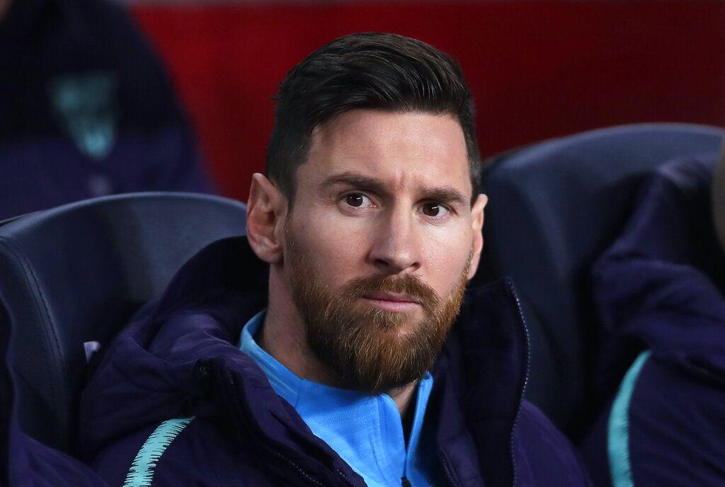 Lionel Messi desde la banca del Barcelona previo a la semifinal de la Copa del Rey ante el Real Madrid en el estadio Camp Nou en Barcelona, España, el miércoles 6 de febrero de 2019. (AP Foto/Manu Fernández)