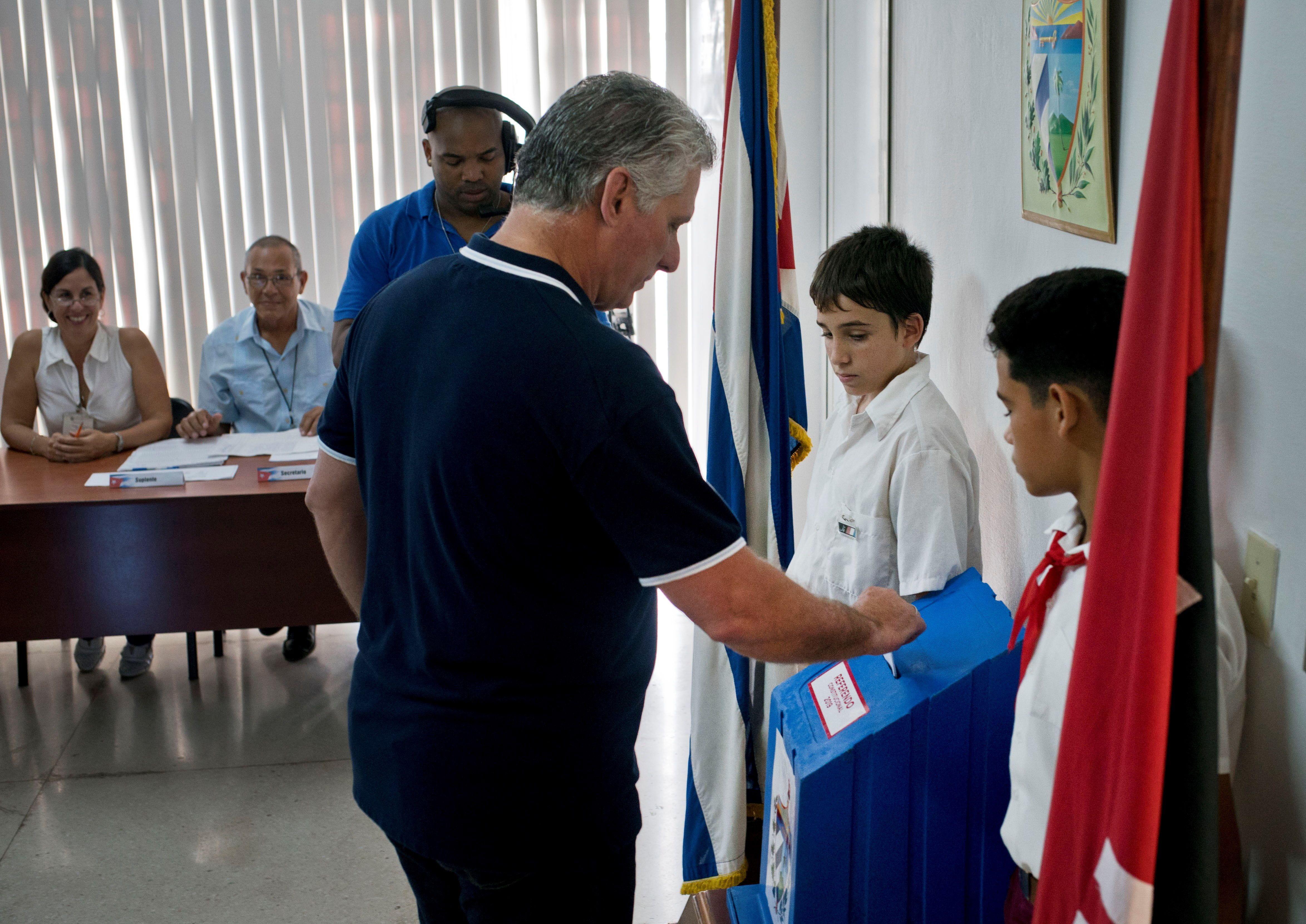 El presidente cubano Miguel Diaz-Canel vota en un colegio electoral del municipio habanero de Playa, en el referendo constitucional cubano el 24 de febrero de 2019. Foto: Ramón Espinosa / POOL / EFE.