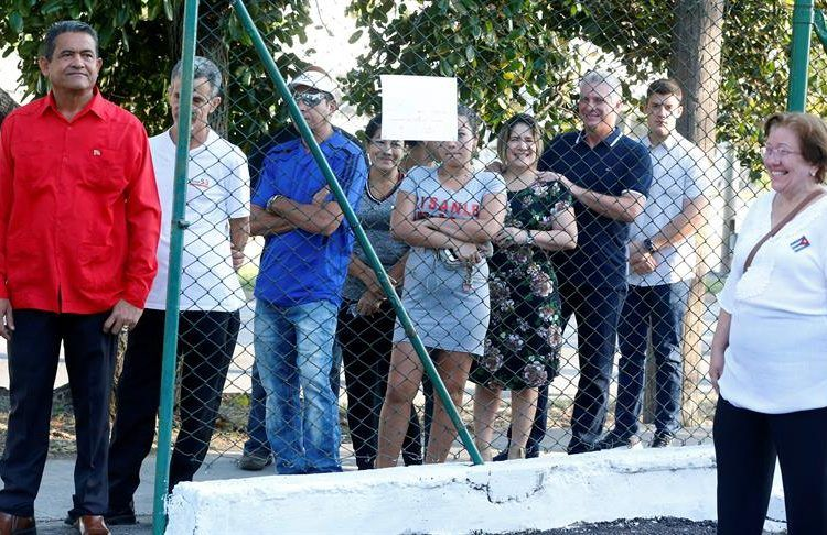 El presidente de Cuba, Miguel Díaz-Canel, y su esposa, Lis Cuesta, hacen fila en la entrada de un colegio electoral para votar en el referendo de la nueva Constitución, el 24 de febrero de 2019. Foto: Ernesto Mastrascusa / EFE.