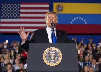 El presidente Donald Trump habla ante una comunidad de estadounidenses de origen venezolano en la Universidad Internacional de Florida en Miami, Florida, el lunes 18 de febrero de 2019. (AP Foto/Andrew Harnik)
