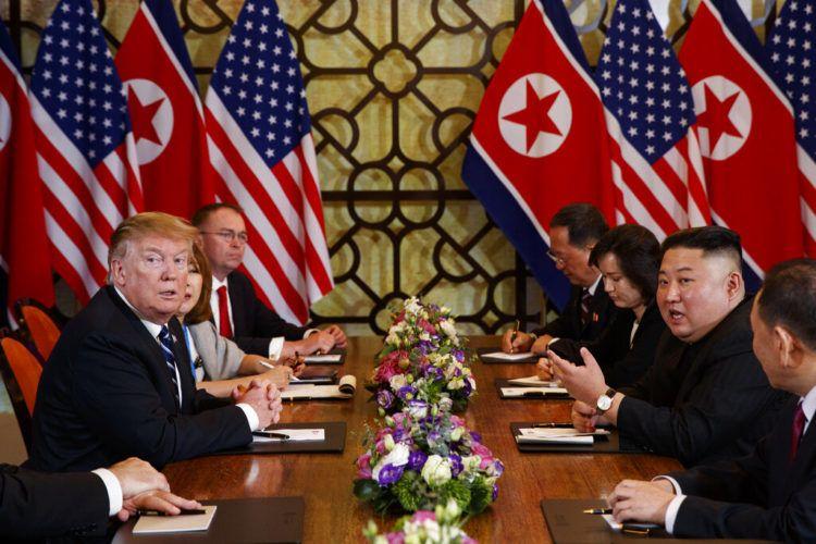 Donald Trump escucha mientras el líder de Corea del Norte, Kim Jong Un, responde a una pregunta de reporteros durante una reunión, el 28 de febrero de 2019, en Hanói, Vietnam. (AP Foto/ Evan Vucci)