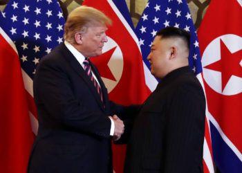 El presidente estadounidense Donald Trump y el líder norcoreano Kim Jong Un se saludan en Hanoi, Vietnam, miércoles 27 de febrero de 2019. Foto: Evan Vucci / AP.