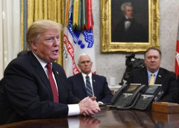 El presidente Donald Trump (izquierda) habla durante una reunión en la oficina Oval de la Casa Blanca en Washington, el jueves 31 de enero de 2019. Atrás se observa al vicepresidente Mike Pence (al centro) y al secretario de Estado Mike Pompeo (derecha). Foto: Susan Walsh / AP.