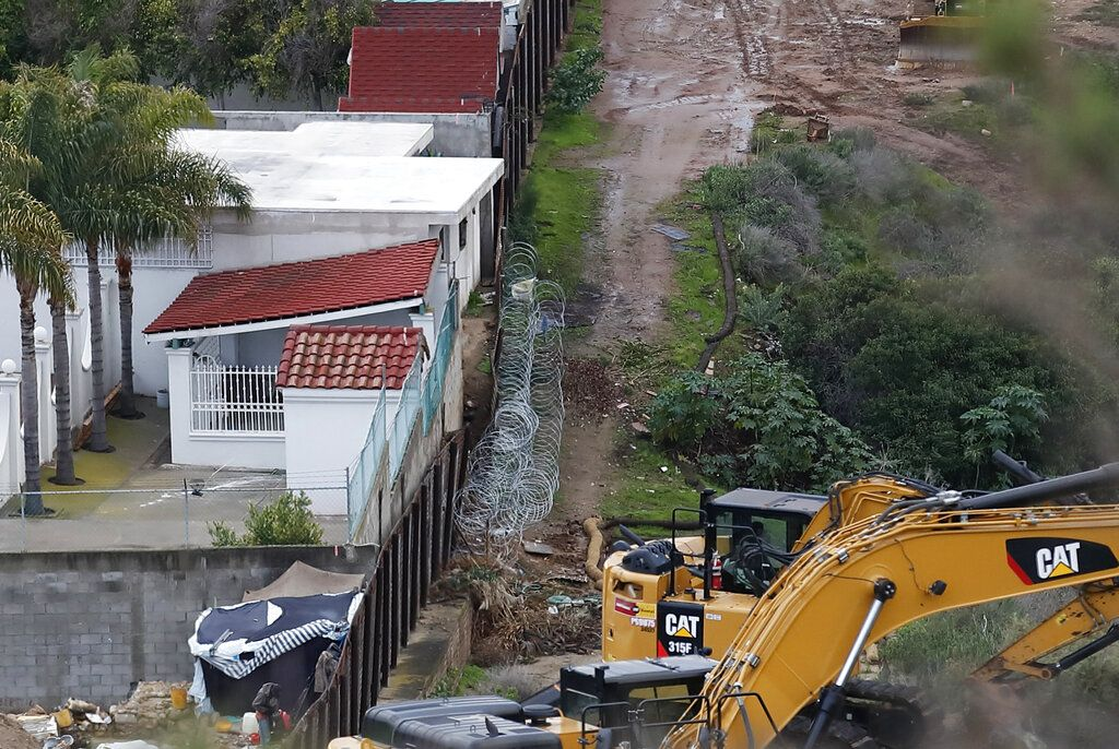 Fotografía del 15 de enero de 2019 de estructuras en Tijuana, México, a la izquierda de una sección más vieja del muro fronterizo, con maquinaria lista para continuar con el reemplazo del muro con secciones nuevas en San Diego. Foto: Gregory Bull / AP.