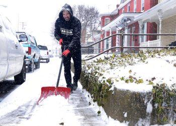 Charles High quita nieve afuera de una casa, el viernes 1 de febrero de 2019, en Hagerstown, Maryland. (Colleen McGrath/The Herald-Mail via AP)