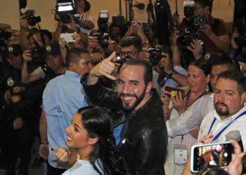 El próximo presidente de El Salvador, Nayib Bukele, y su esposa Gabriela en un centro de votación en San Salvador el 3 de febrero del 2019. Foto: Moises Castillo / AP.