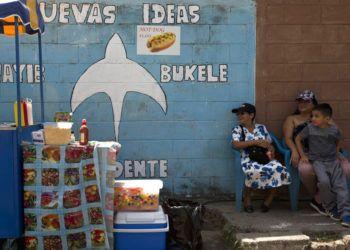 Vecinos se sientan junto a un mural que promueve la candidatura de Nayib Bukele, de la conservadora Gran Alianza para la Unidad Nacional (GANA), a las afueras de San Salvador, El Salvador, el viernes 1 de febrero de 2019. Foto: Moises Castillo / AP.