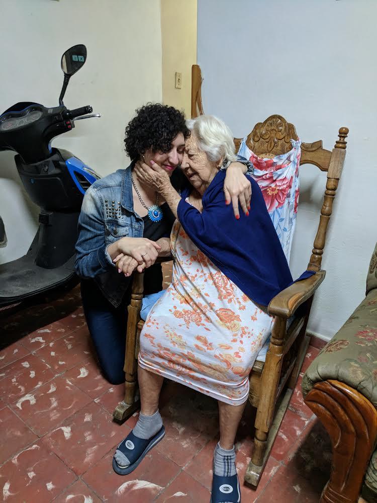 Elizabeth Estrada, participante del viaje UNIDAS junto a su tía abuela cubana. Foto: Cortesía de CubaOne.