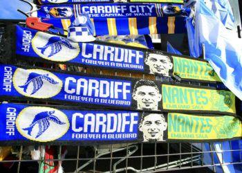 Bufandas en tributo del delantero argentino Emiliano Sala son desplegadas afuera del estadio del Cardiff City en Cardiff, Gales, el sábado 2 de febrero de 2019. (Mark Kerton/PA via AP)