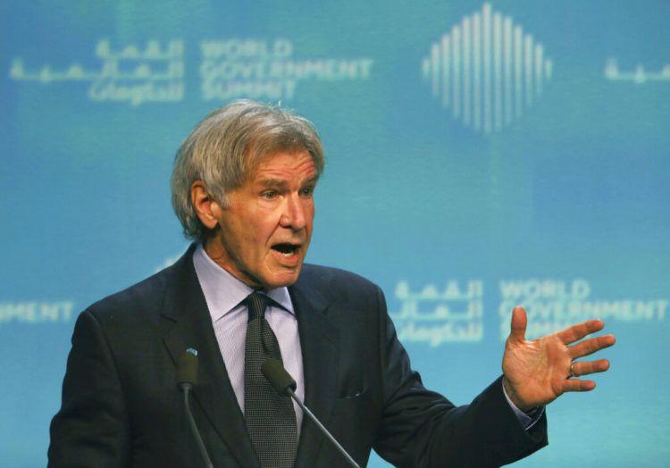 El actor estadounidense Harrison Ford habla sobre la conservación de los océanos en la Cumbre Mundial de Gobierno, en Dubái, Emiratos Árabes Unidos, el 12 de febrero de 2019. Foto: Jon Gambrell / AP.