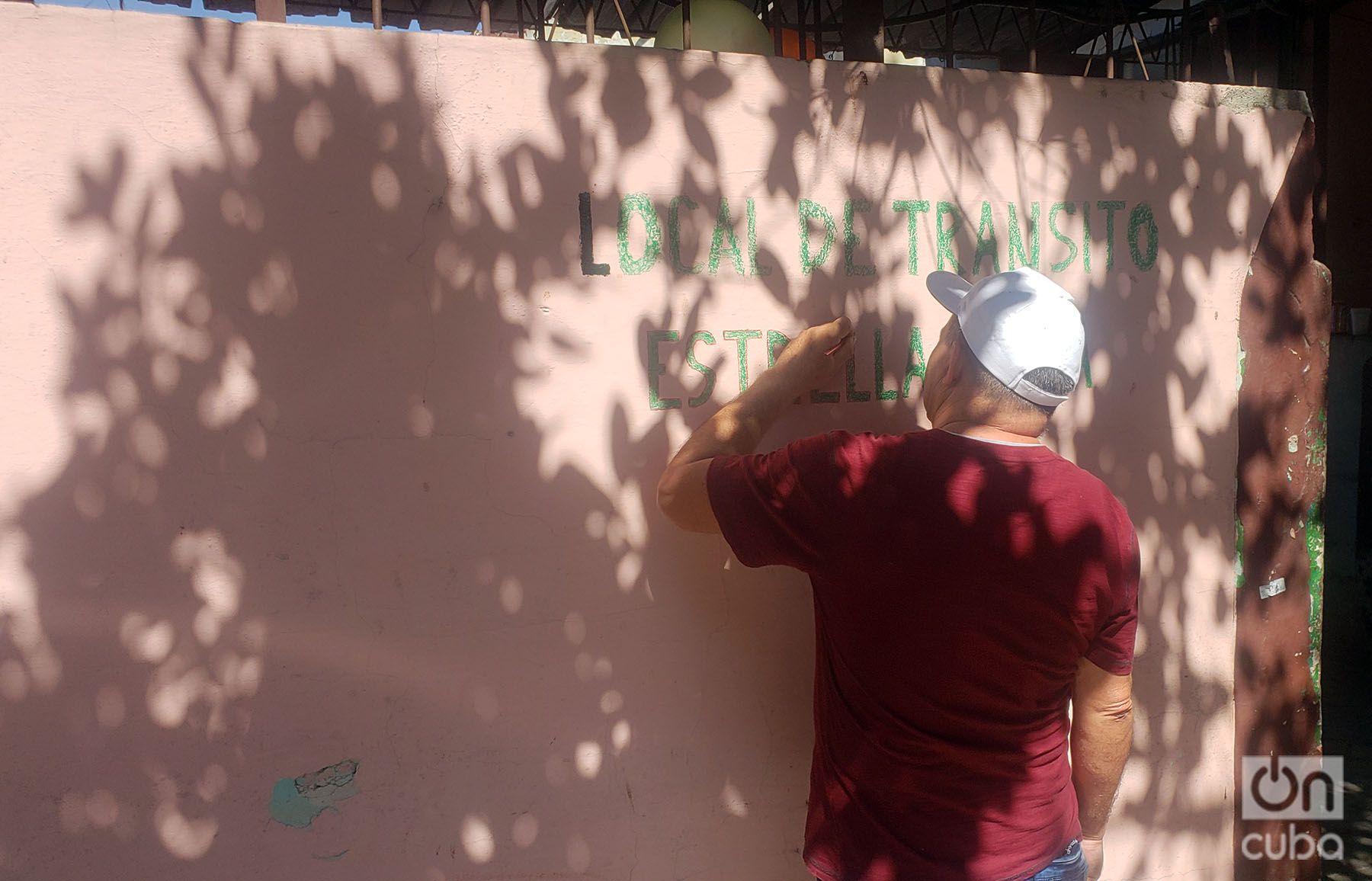 Un trabajador dibuja el nombre de la antigua fábrica de cocinas Estrella Roja, convertida en albergue para damnificados del tornado del 27 de enero de 2019 en La Habana. Foto: Michel Hernández.