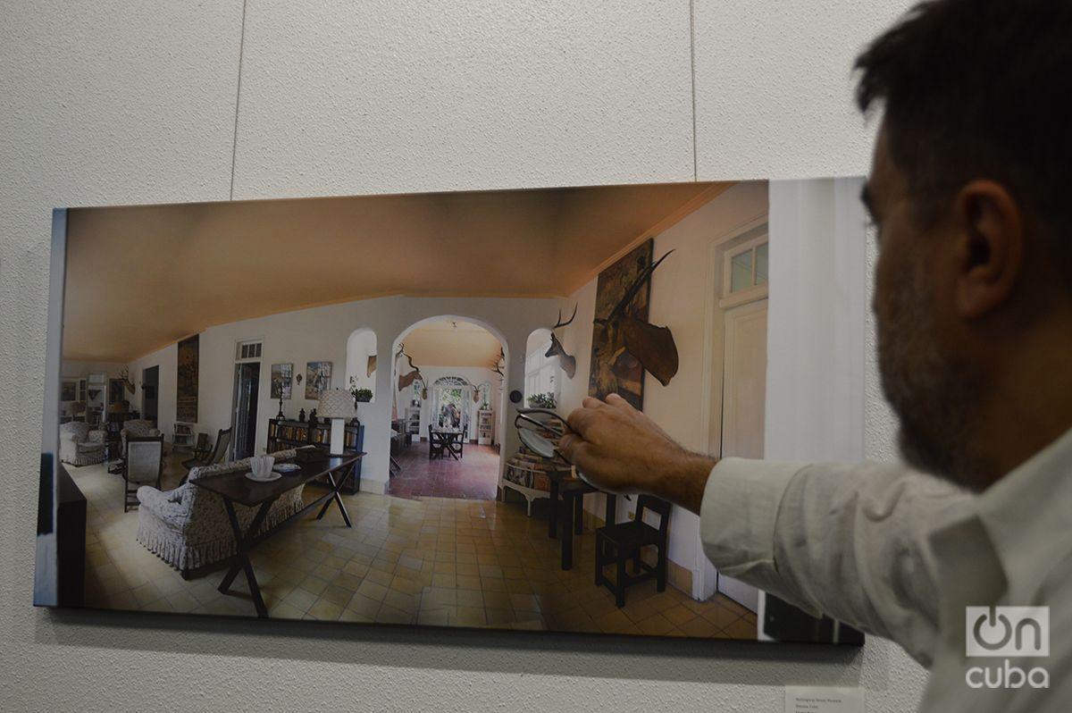 Fernández explica cómo realizó sus fotografías en Finca Vigía. Foto: Marita Pérez Díaz.