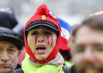 Una manifestante grita durante una protesta de los chalecos amarillos el sábado 2 de febrero de 2019 en París. Foto: François Mori / AP.