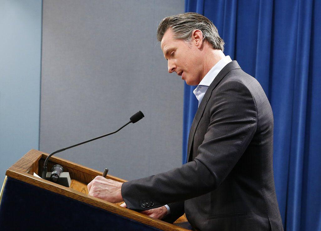 Gavin Newsom, gobernador de California, firma una orden ejecutiva para retirar la mayor parte de las tropas de la Guardia Nacional del estado que están emplazadas en la frontera con México, en el Capitolio en Sacramento, el lunes 11 de febrero de 2019. Foto: Rich Pedroncelli / AP.