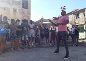 Erick Hernández durante una exhibición de dominio del balón en plena calle. Foto: Tomada del Facebook de Guillermo Rodríguez/Archivo.