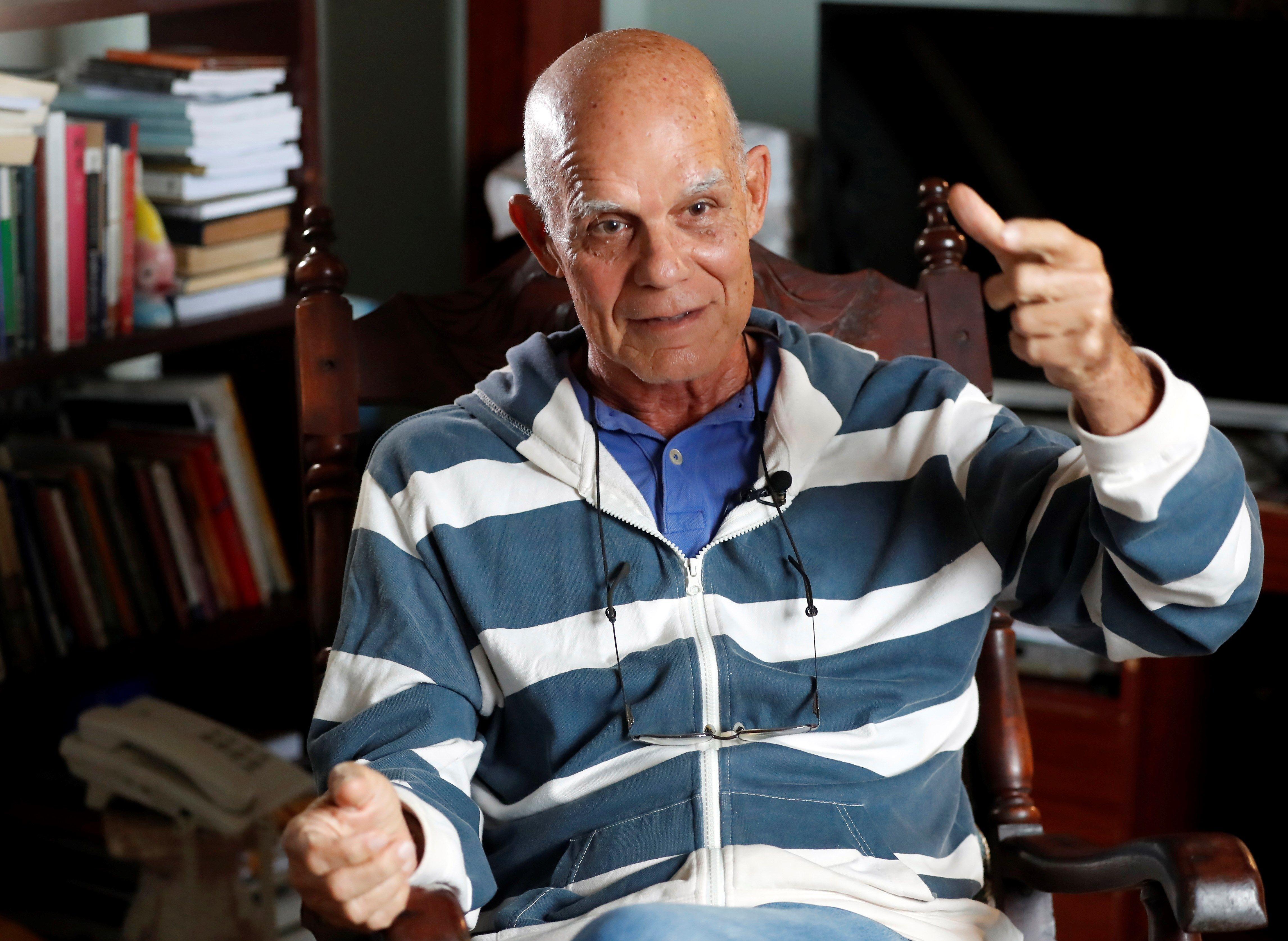 Pedro Juan Gutiérrez en su casa en La Habana. Foto: Ernesto Mastrascusa / EFE.