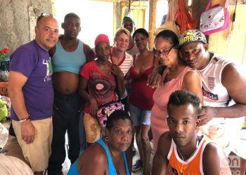 El profesor cubano-americano Carlos Lazo, junto a una familia afectada por el tornado en Lawton. Foto: Cortesía de Carlos Lazo.