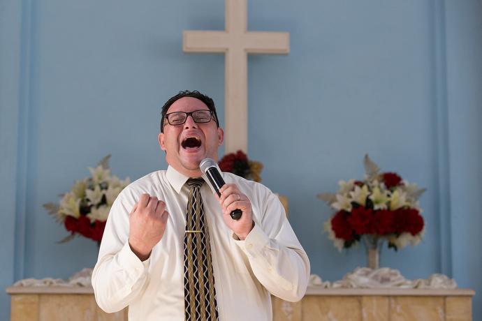 El pastor Lester Fernández. Foto: Mike DuBosse, UNMS.