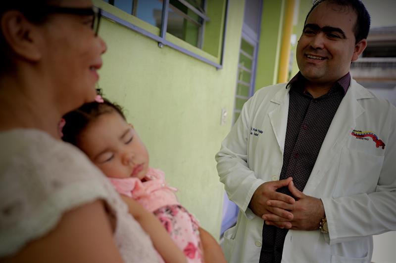 """Unos 2,500 médicos que no volvieron a la isla tras el fin del programa """"Más Médicos"""" luchan por salir del purgatorio en el que les colocó un precipitado desencuentro entre La Habana y el presidente Jair Bolsonaro. Foto: Fernando Bizerra Jr. / EFE."""