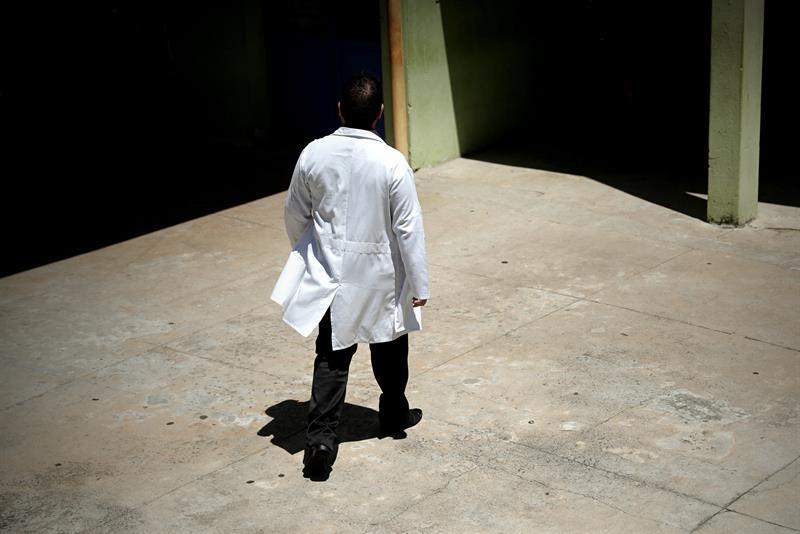 """El médico cubano Yennier Escobar, de 33 años, camina por las instalaciones de la Unidad Básica de Salud """"Nova Bom Sucesso"""", el pasado lunes, 28 de enero de 2019, en Guarulhos, estado de Sao Paulo. Foto: Fernando Bizerra Jr. / EFE."""