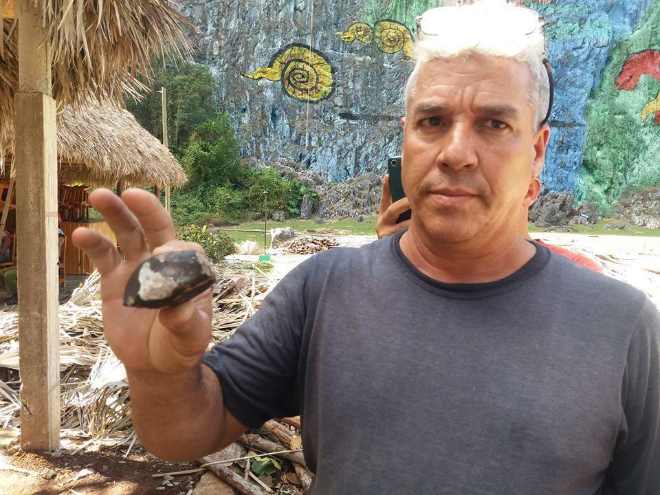 Uno de los fragmentos de un meteorito caídos en Viñales, Pinar del Río, el 1 de febero de 2019, en mano de uno de los testigos del hecho. Foto: Periódico Guerrillero.