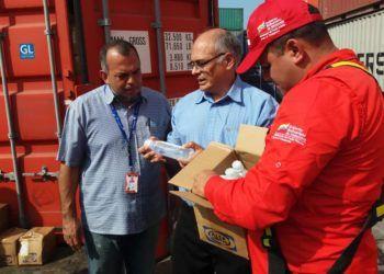El ministro de Salud de Venezuela, Carlos Alvarado (c), en el recibimiento de un envío de medicinas de Cuba, China y la OPS, en el puerto de La Guaira, el 13 de febrero de 2019. Foto: @AlvaradoC_MPPS / Twitter.