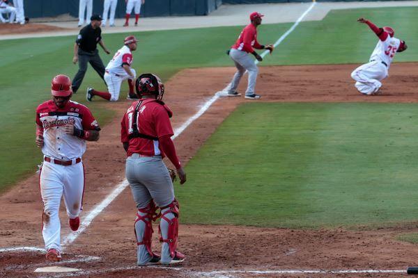 """Los Cardenales de Lara anotaron su única carrera en un inning en el que aprovecharon las """"bondades"""" de la defensa y el pitcheo cubano. Foto: Roberto Morejón/JIT"""