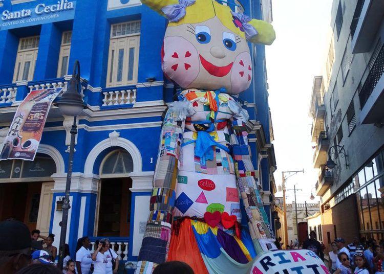 """La muñeca """"María Parchitos"""", de 30 metros de altura, ya se exhibe en Camagüey. Sus creadores aspiran a incluirla en el libro de récords Guinness como la más grande del mundo. Foto: @cadenagramonte / Twitter."""