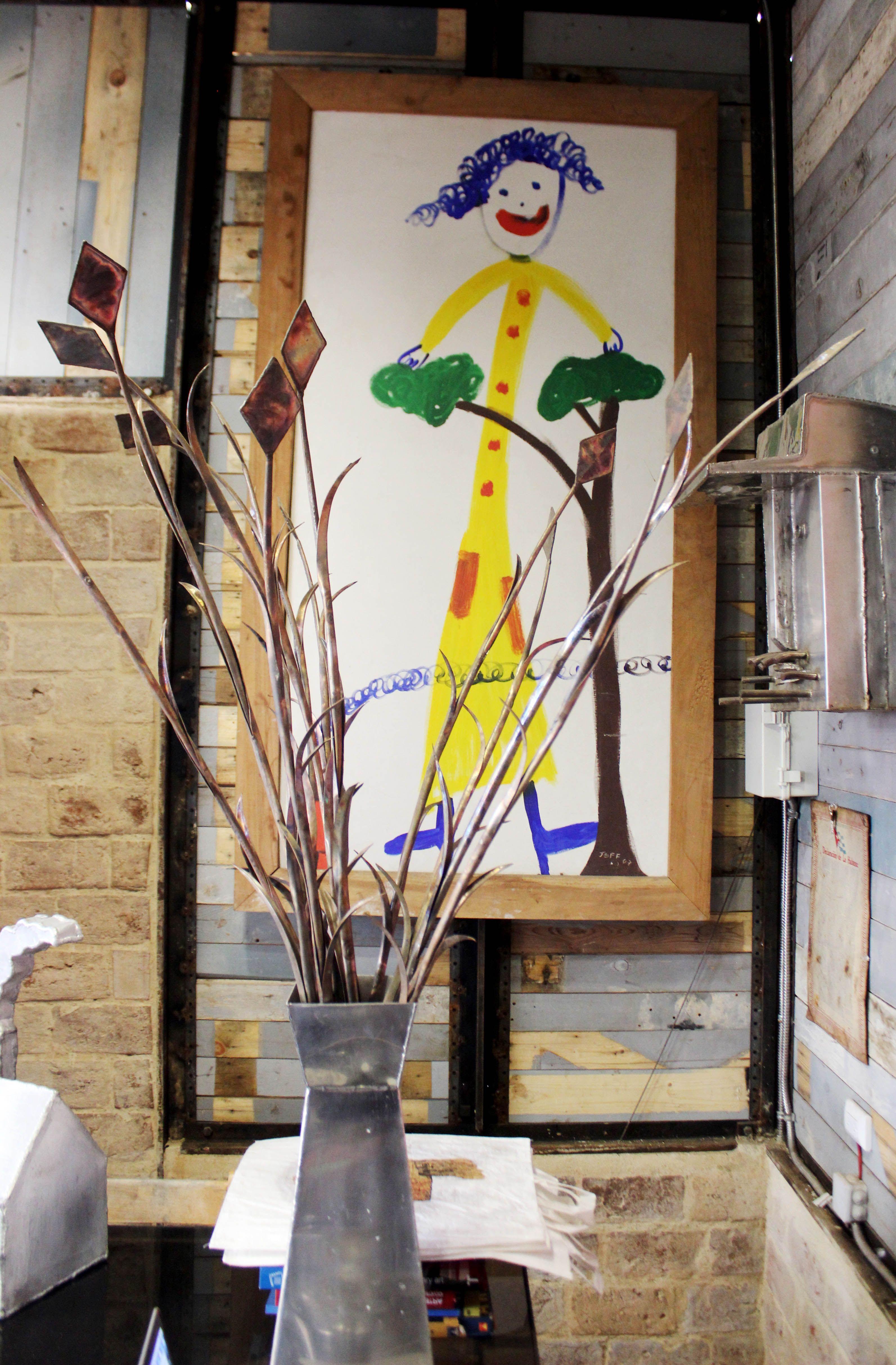 Obras de Jeff en el interior de Coco Blue y la Zorra Pelúa. Foto: Alba León.