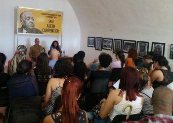 La sala se llenó de lectores ávidos por conocer de primera mano la obra de Pedro Juan Gutiérrez. Foto: Tomadas del Facebook de Rafael Grillo.