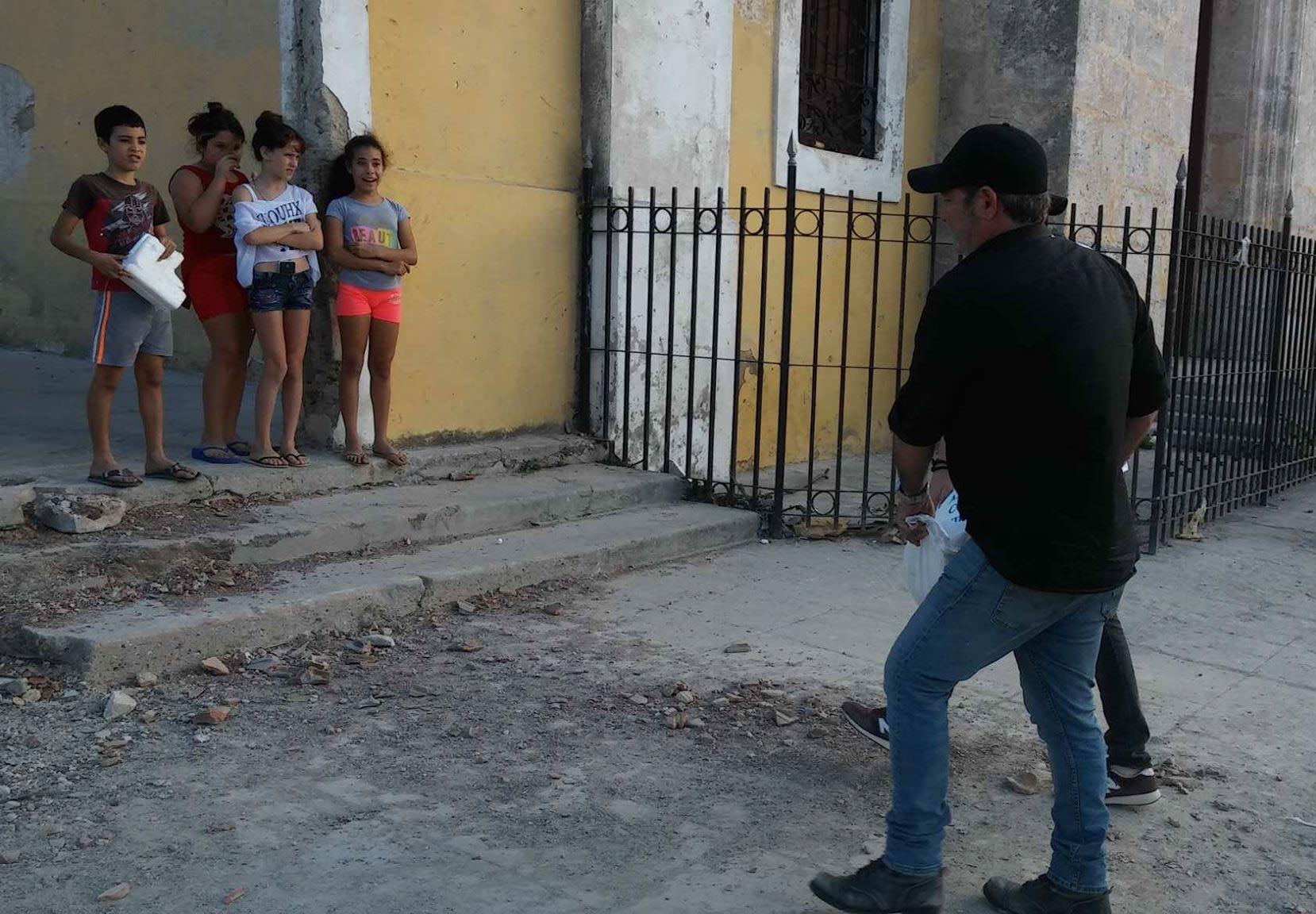 El actor Jorge Perugorría entrega donaciones a damnificados del tornado del 27 de enero de 2019 en La Habana. Foto: Cortesía Mirurgia Stevens.