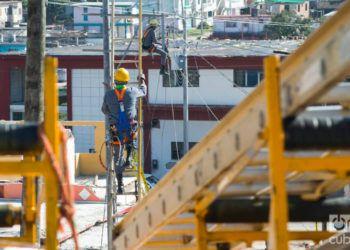 Trabajos de recuperación en la avenida Rotaria, del municipio habanero de Regla, dos días después del tornado del 27 de enero de 2019. Foto: Otmaro Rodríguez.