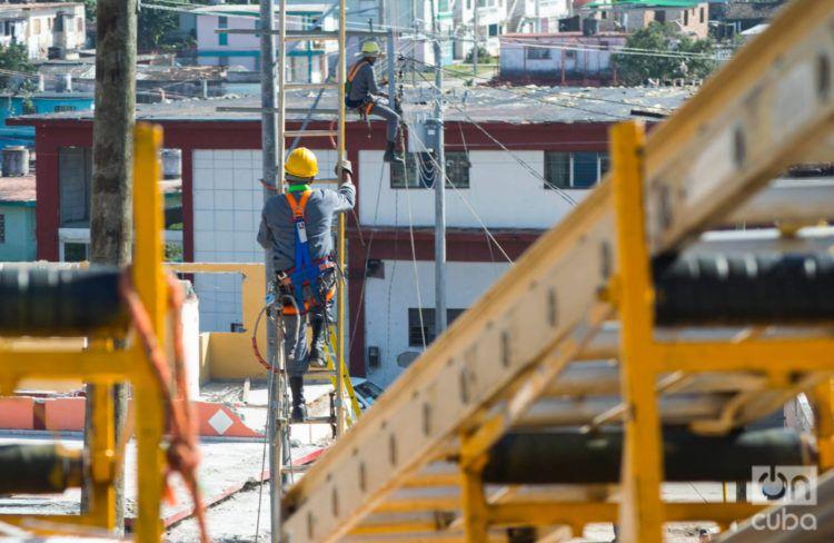 Trabajos de rehabilitación eléctrica en el municipio de Regla, en La Habana, tras el tornado del 28 de enero de 2019. Foto: Otmaro Rodríguez.