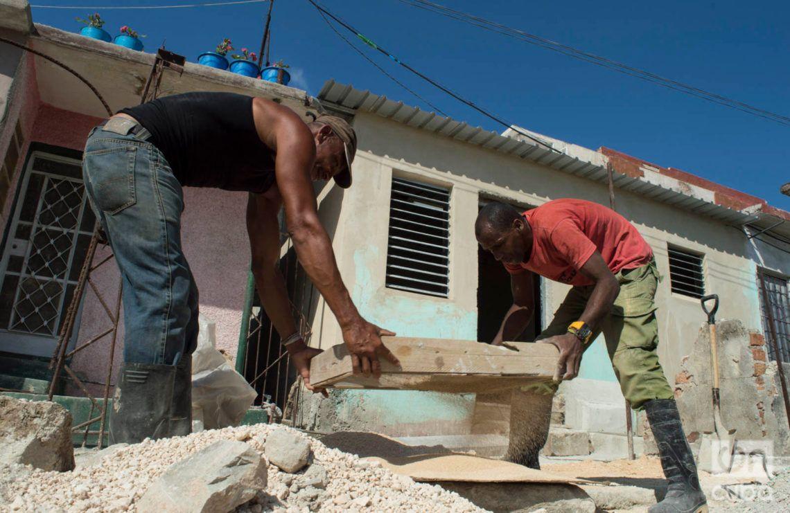 Trabajos de reconstrucción en el reparto Modelo del municipio habanero de Regla, un mes después del tornado del 27 de enero de 2019. Foto: Otmaro Rodríguez.