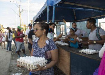 Venta de huevos en el municipio habanero de Regla, afectado por el tornado del 27 de enero de 2019. Foto: Otmaro Rodríguez.