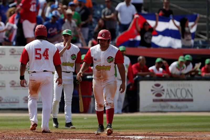Alfredo Despaigne de los Leñadores de las Tunas de Cuba celebra tras anotar una carrera ante los Cardenales de Lara de Venezuela este sábado, durante un partido de la Serie del Caribe que se juega en el Estadio Nacional Rod Carew de Ciudad de Panamá. Foto: Bienvenido Velasco / EFE.