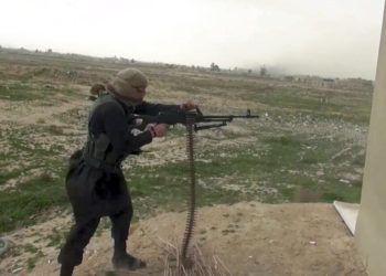 Esta imagen tomada de un video y difundida en internet el viernes 18 de enero de 2019 por simpatizantes del grupo Estado Islámico muestra a un combatiente del EI que abre fuego durante un enfrentamiento con las Fuerzas Democráticas Sirias apoyadas por Estados Unidos, en la provincia oriental siria de Deir el-Zour. (Militant Foto vía AP)