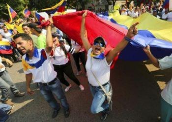 Manifestantes durante una protesta antigubernamental en Urena, Venezuela, el martes 12 de febrero de 2019, en la frontera con Colombia. Foto: Fernando Llano / AP.