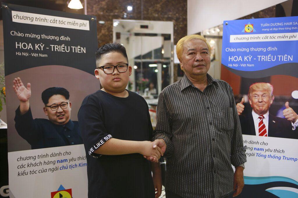Le Phuc Hai, de 66 años, y To Gia Huy, de 9 años, posan para una foto después de que les hicieran los cortes de pelo a estilo Trump y Kim en Hanoi, Vietnam, el martes 19 de febrero de 2019. Foto: Hau Dinh / AP.