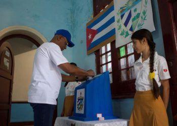 Votación en un colegio electoral de La Habana durante el referendo constitucional del 24 de febrero de 2019. Foto: Yander Zamora / EFE.