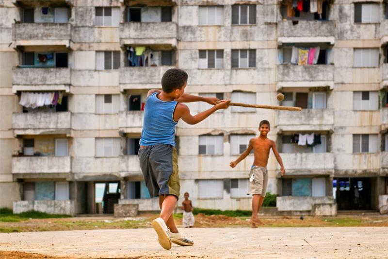 El déficit de implementos y las malas condiciones de los terrenos son algunos de los aspectos que más han golpeado al béisbol cubano en sus categorías inferiores. Foto: Tomada de WNYC