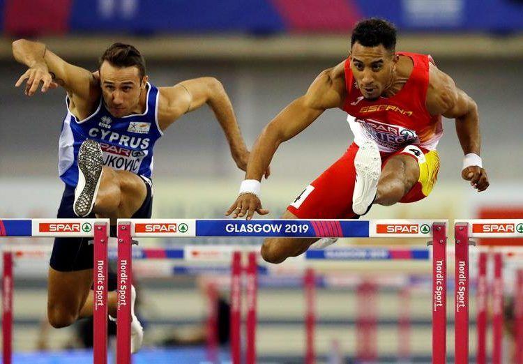 Milan Trajkovic (izquierda), de Chipre, compite contra Orlando Ortega, cubano nacionalizado español, durante la semifinal de ls 60m con vallas en el Campeoanto Europeo de Glasgow. March 2019. (Chipre, España) EFE/EPA/VALDRIN XHEMAJ